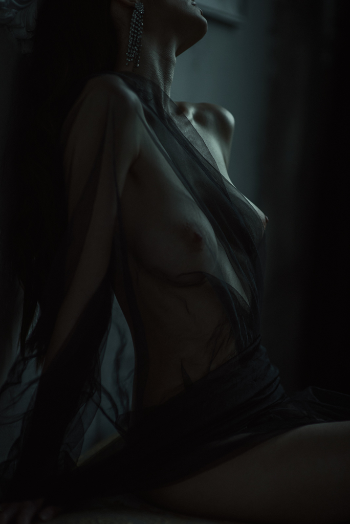 naked girl in the dark tones photo